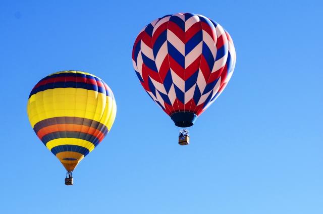 空に気球が浮いている