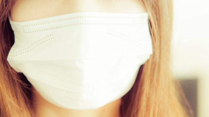 女の人がマスクを着けている