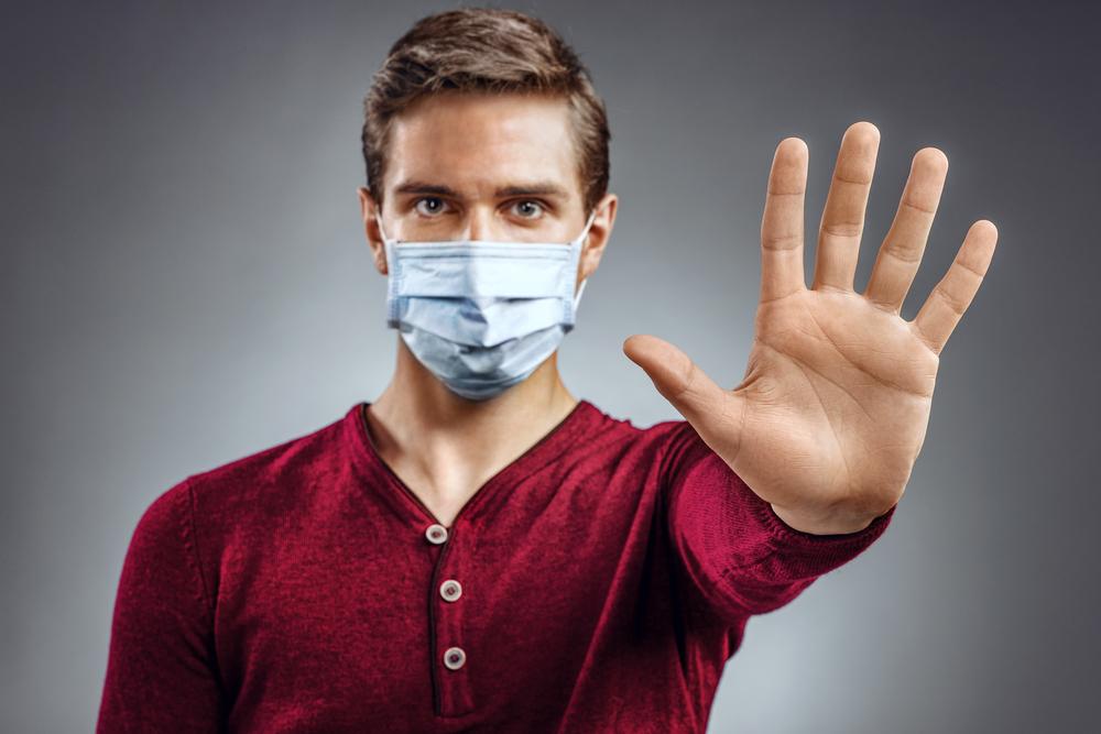 男の人がマスクをして感染症を拒否している