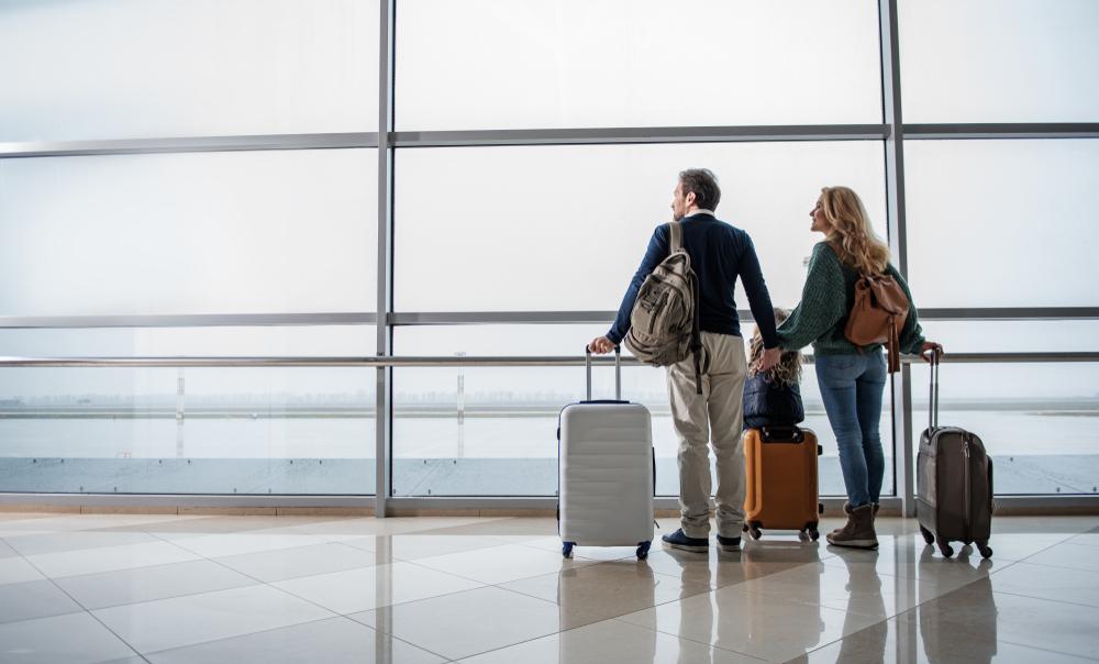 海外旅行に向かう家族
